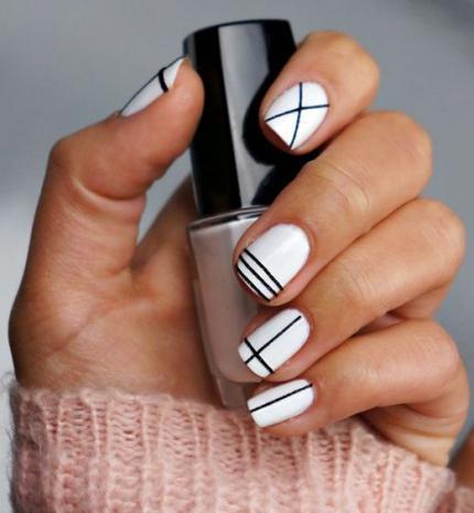 Top10: fekete-fehér minimál manikűr tippek