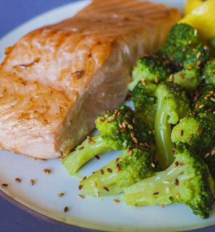 Könnyed vacsora ötlet: sült lazac, szezámmagos brokkolival