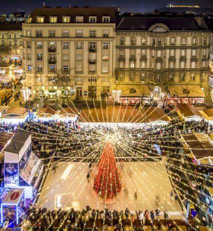 Ennyi ember nem tévedhet: a bazilika előtti adventi vásár ismét Európa legjobbjai között
