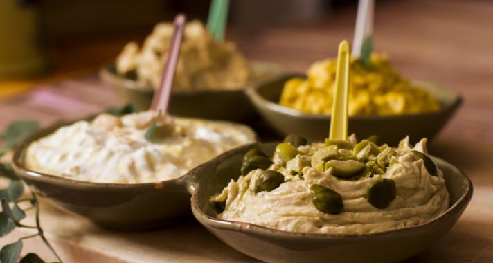 Egészséges vacsora tipp: különböző fűszerezésű humuszvariációk