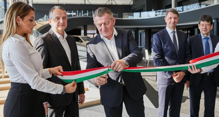 Megnyílt a világ egyik legmodernebb Mercedes-Benz márkakereskedése Budaörsön
