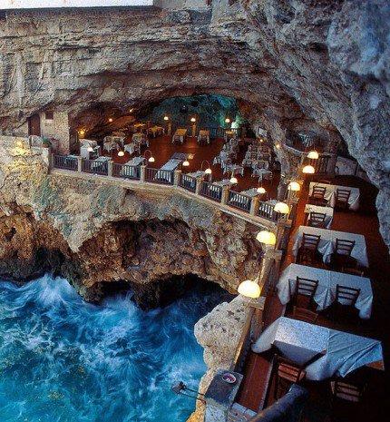 Barlangba vájt, gyönyörű panorámás étterem az olasz riviérán
