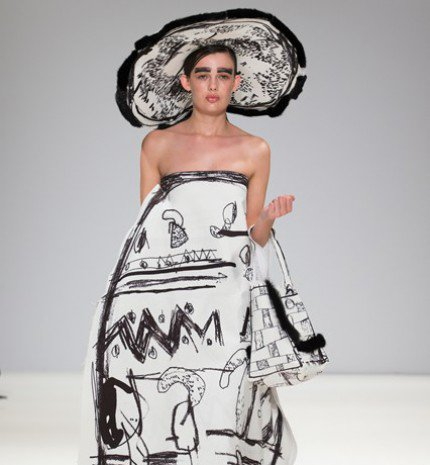 Londonban filctollal rajzolták össze a ruhákat