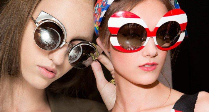 Túlméretezett, látványos, rikító és meghökkentő! Ilyen az idei tavaszi-nyári napszemüveg trend!
