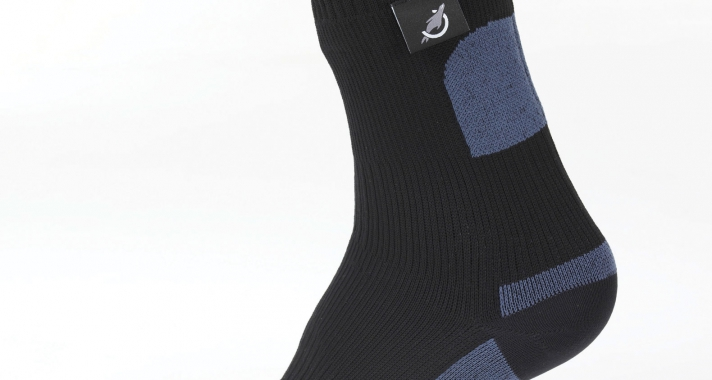 Motoros túrázás: Vízálló bakancs vagy vízálló zokni?