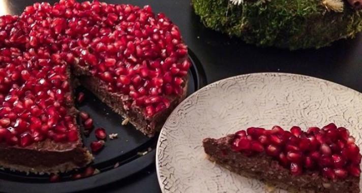 Nyers, vegán gluténmentes gránátalmás csokitorta recept (videóval)
