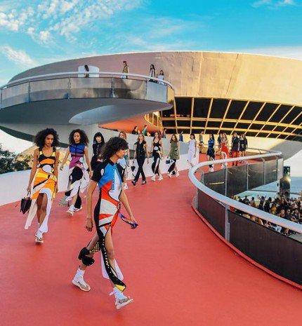 Lélegzetelállító helyszín, 500 vendég, élénk színek - Bemutatták a Louis Vuitton új kollekcióját
