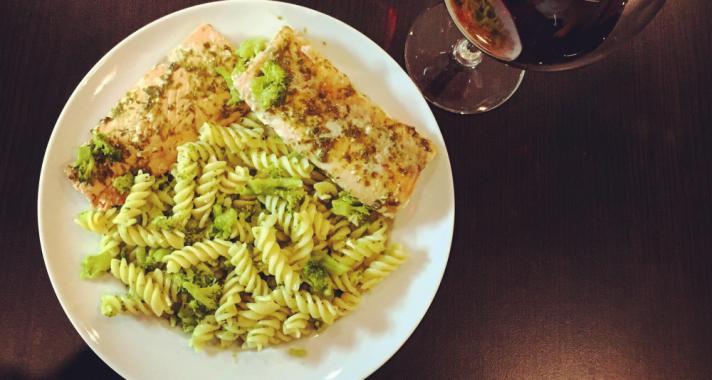 Pestos lazac fokhagymás brokkolis tésztával