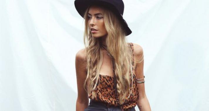 Bohém nyári trend: dobd fel kis fonatokkal a kócos hajad