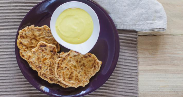 Egészséges nasi: csicseriborsó lepény tejfölös mártogatóssal