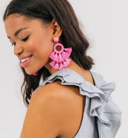 Stílusiskola: viselj feltűnő fülbevalókat idén tavasszal