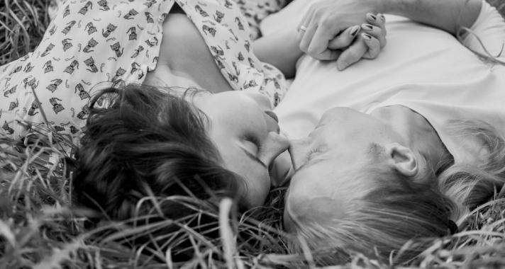Ezért posztolnak kevesebbet az igazán boldog párok