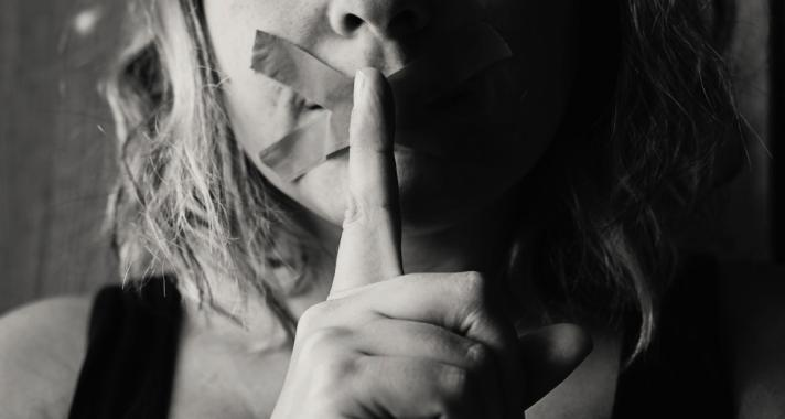 A bántalmazó kapcsolat intő jelei