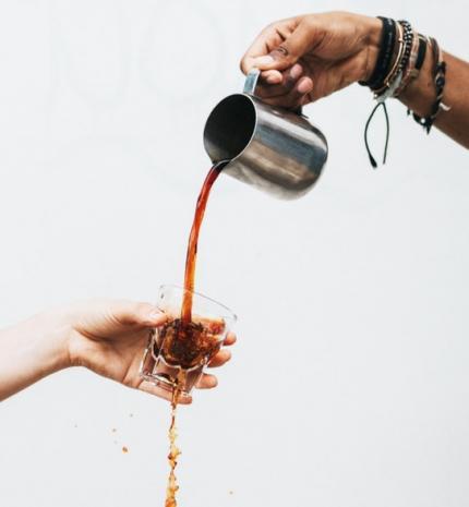 A hosszú élet titka: kevesebb kávé és mérsékelt mennyiségű alkohol