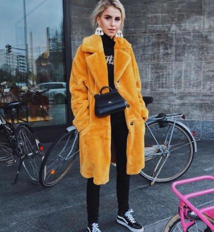 Stílusiskola: mondj búcsút a télnek színes szőrös kabátokban