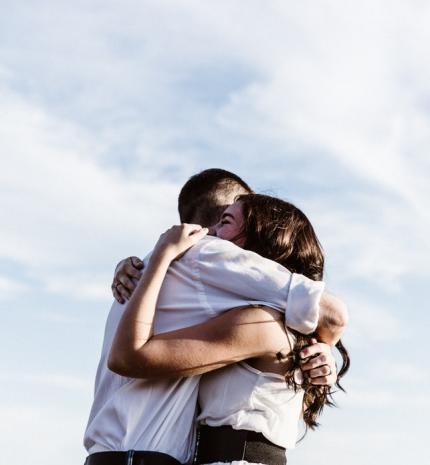 Milyen hatással van az ölelés az emberre?