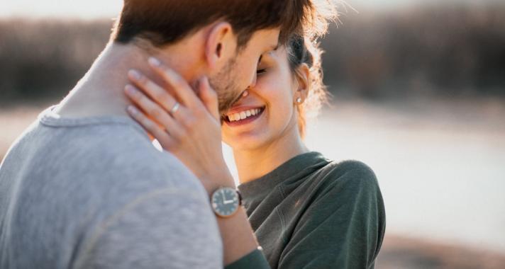csók az arcon, nem randevú