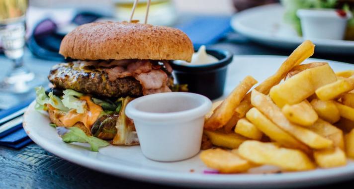 A rohanó világ: A gyorséttermi ételek káros hatásai