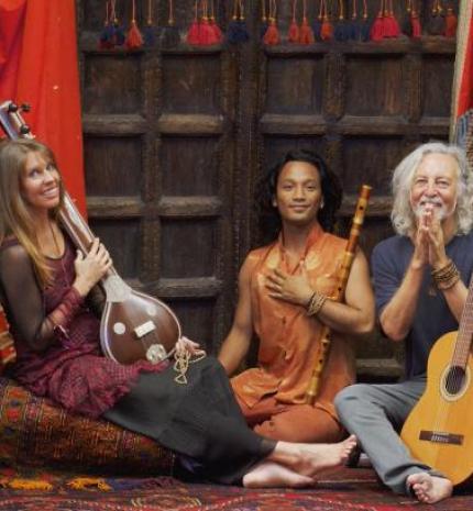 Egy ilyen őrült világban az éneklés belső békét ad - Interjú Deva Premallal és Mitennel
