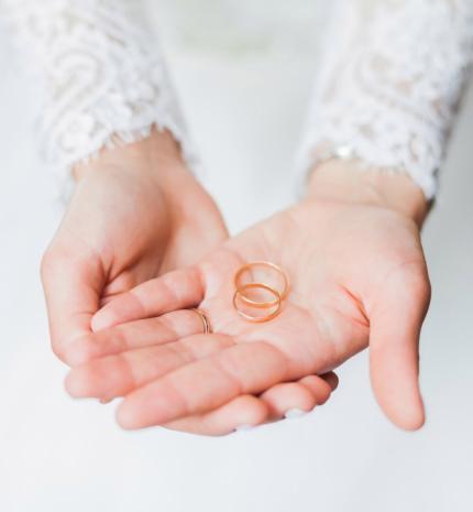 Stylelife - Ezért viseljük a karikagyűrűt a jobb kezünk negyedik ujján