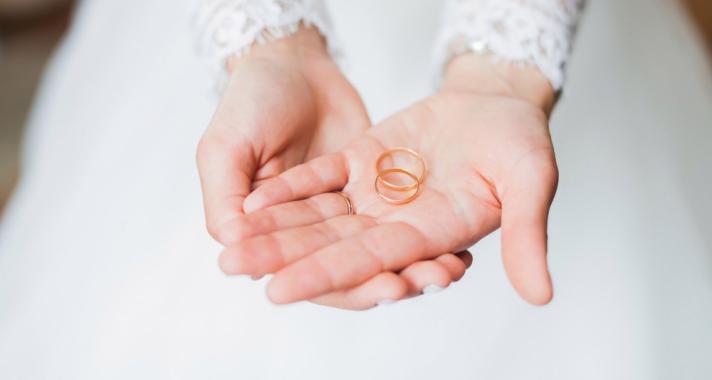Ezért viseljük a karikagyűrűt a jobb kezünk negyedik ujján
