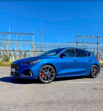 A bukósisak elengedhetetlen kellék – Ford Focus ST