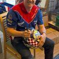 Állatokon segíthetnek, akik licitálnak a John McGuinness által aláírt sisakra