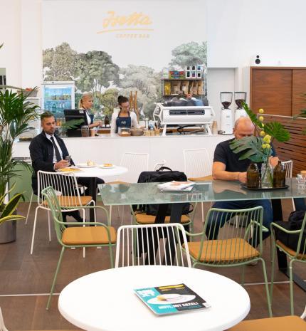 Specialty vonal és egy autókereskedés - Isetta Coffee Bar a Wallis Motor Pest szalonjában