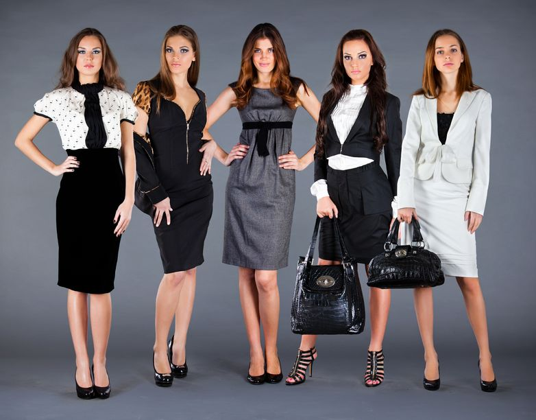 A hölgyeknek a következő öltözetet foglalja magában  nagyestélyit a55a9a5d0c
