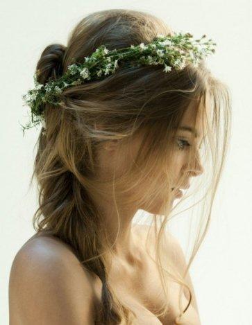 Virágos esküvői hajfonatok