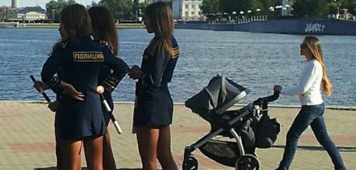 Rendőrnők miniszoknyában