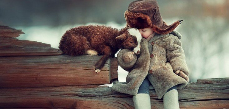 Gyönyörű fotók gyermekek és állatok barátságáról